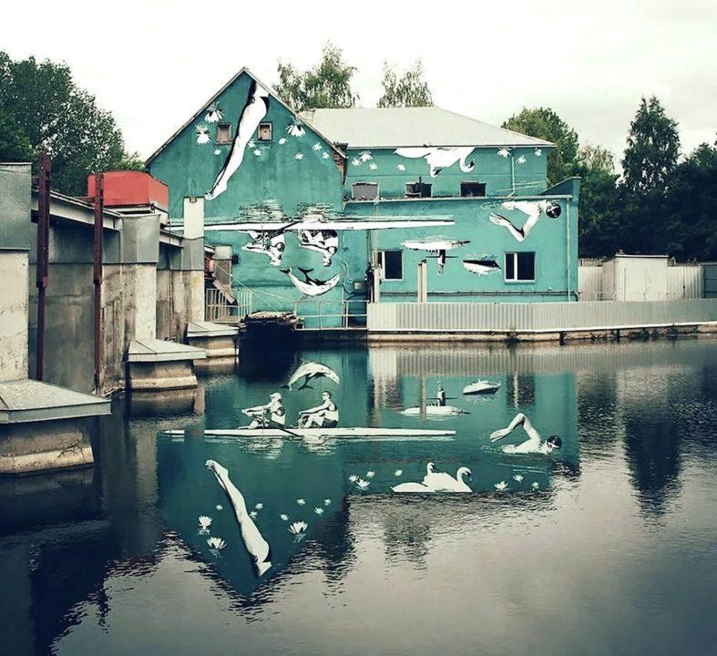 Il murale che si guarda nel riflesso sull'acqua di Ray Bartkus